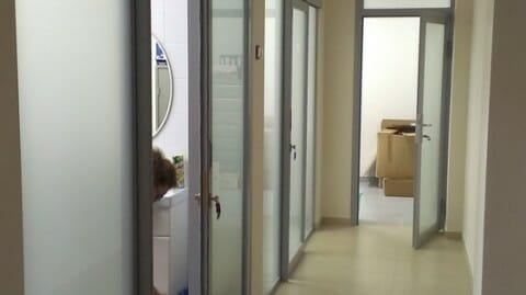 перегородки с дверьми