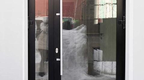 вход дверь со стеклом